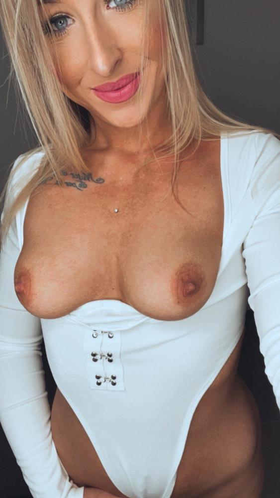 Taiga_LaLoca lässt Titten aus dem Body hängen