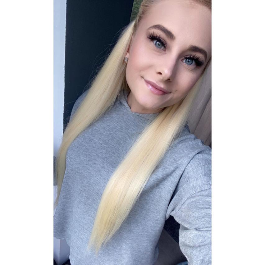 CaTTy-SuXX Blondine grauer Pulli und blonde Haare